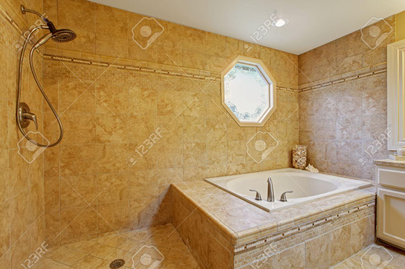 Luxus Badezimmer Interieur. Weiße Badewanne Mit Ziegelverkleidung Und Offener  Dusche Standard Bild