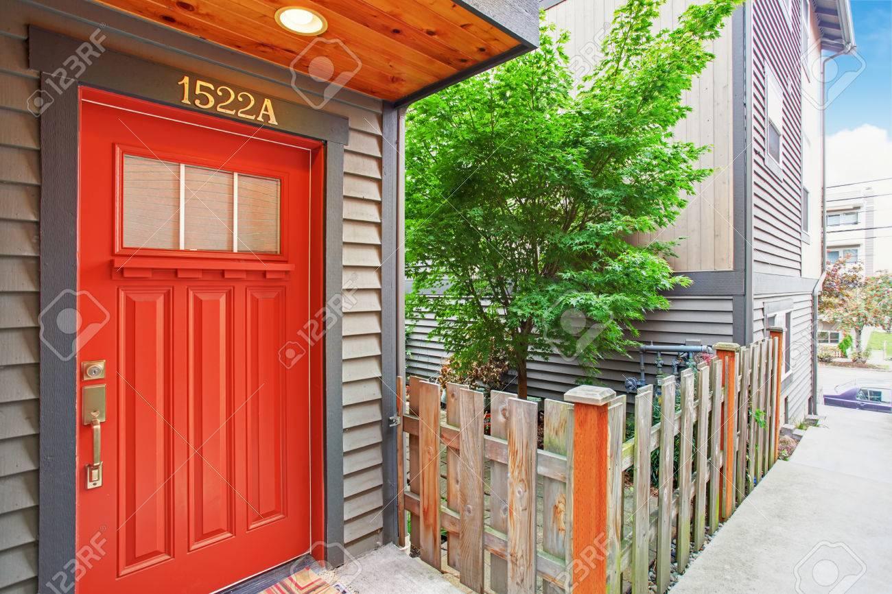 Porche D Entrée Bois extérieur de la maison avec clôture basse en bois. vue de porche d