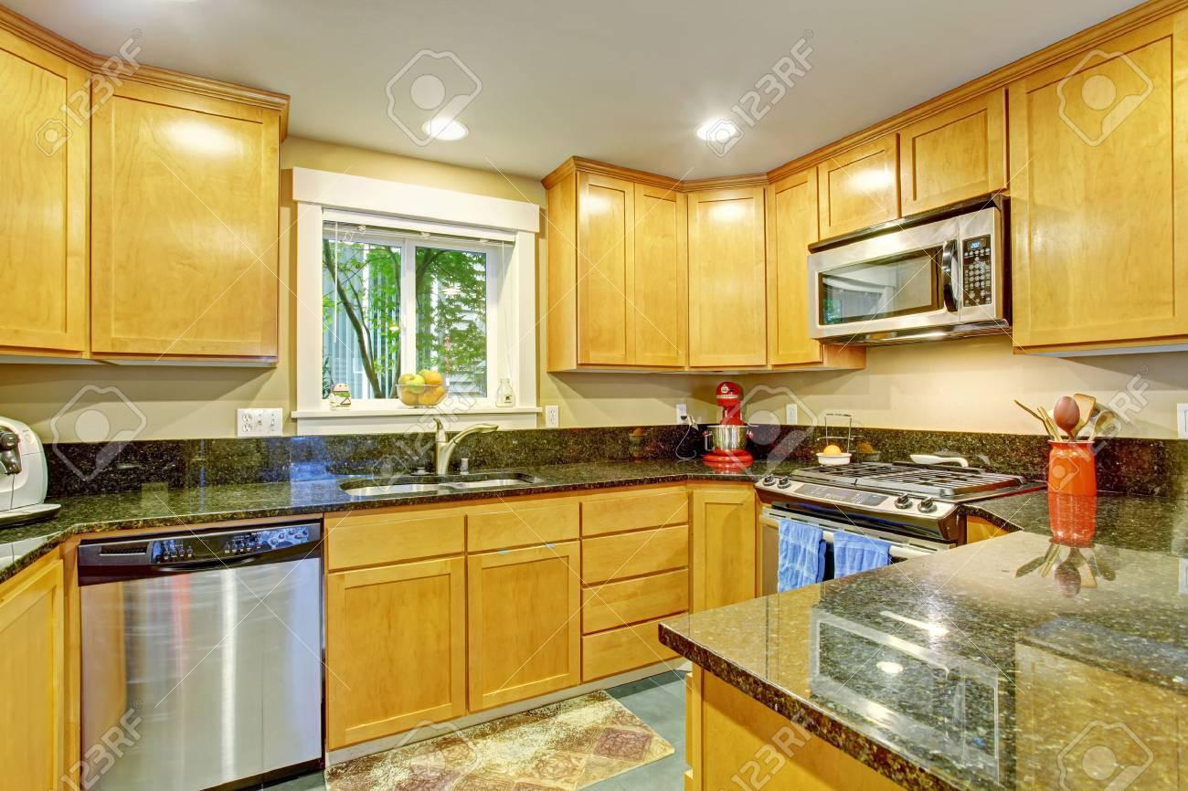 Küche Inteiror. Maple Speicher Kombination Mit Stahlgeräte Und ...