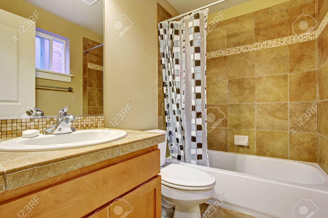 Beige ton badezimmer interieur mit fliesen wandverkleidungen ...