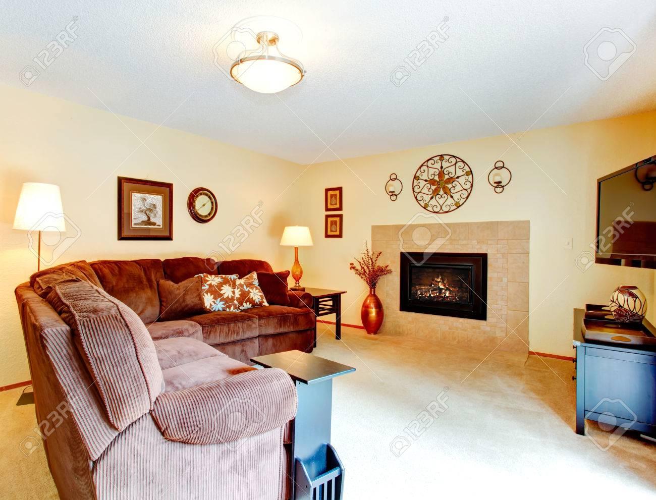 Gemütliches Wohnzimmer Mit Bequemen Braunen Sofa, Kamin Und Fernseher  Standard Bild   34317333
