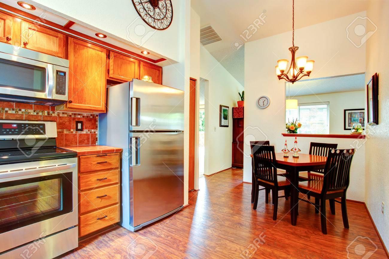 Keuken kamer met oranje tegel terug splash trim, esdoorn kasten en ...