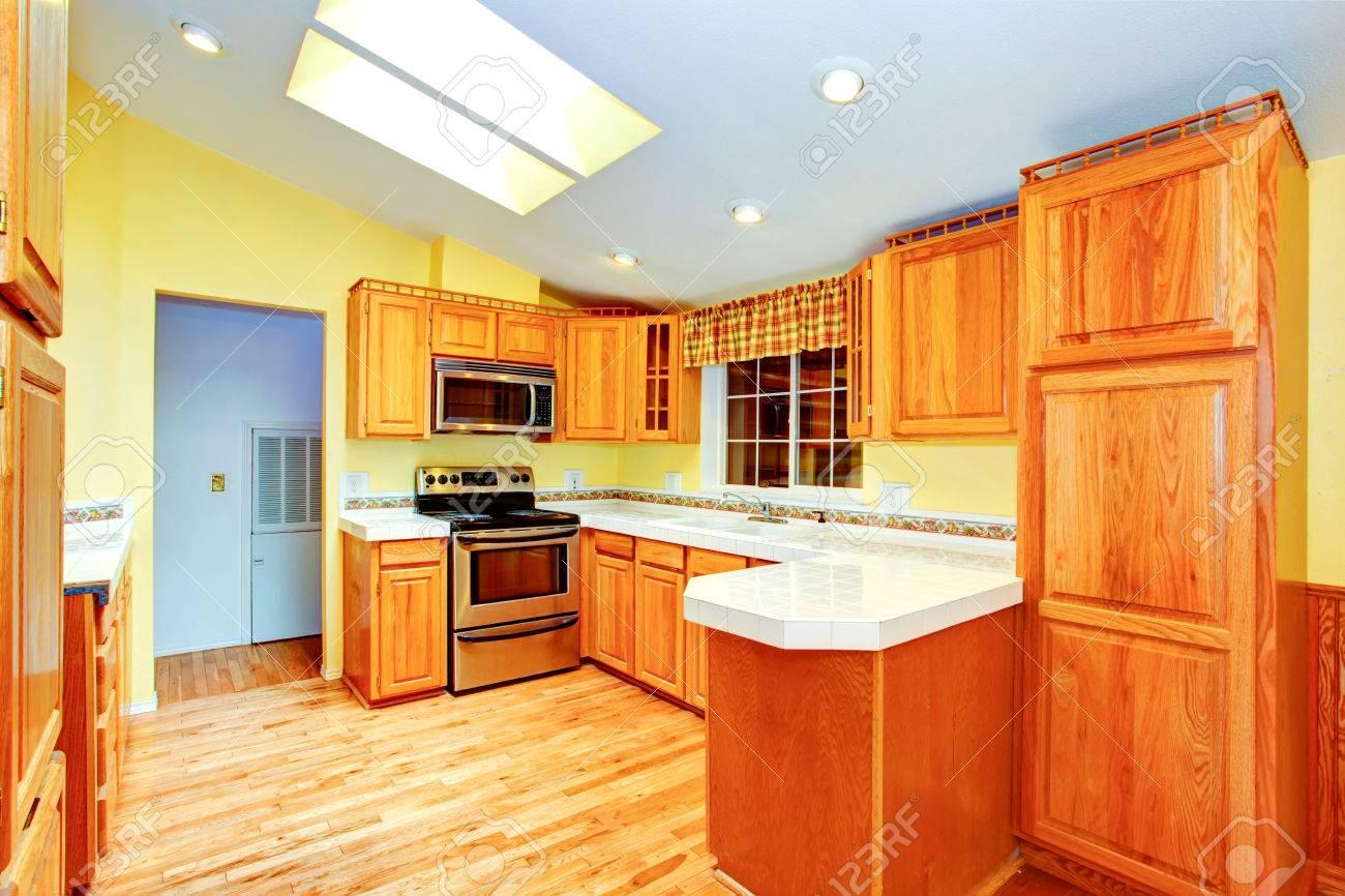 Campo Casa Habitación Interior De La Cocina. Gabinetes De Arce ...