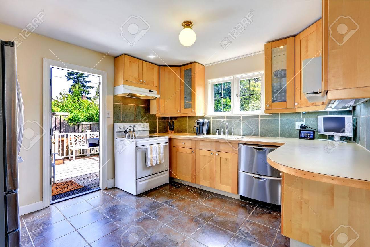 Modernes Licht-Ton Küchenschränke Mit Weißen Ofen Und Stahl ...
