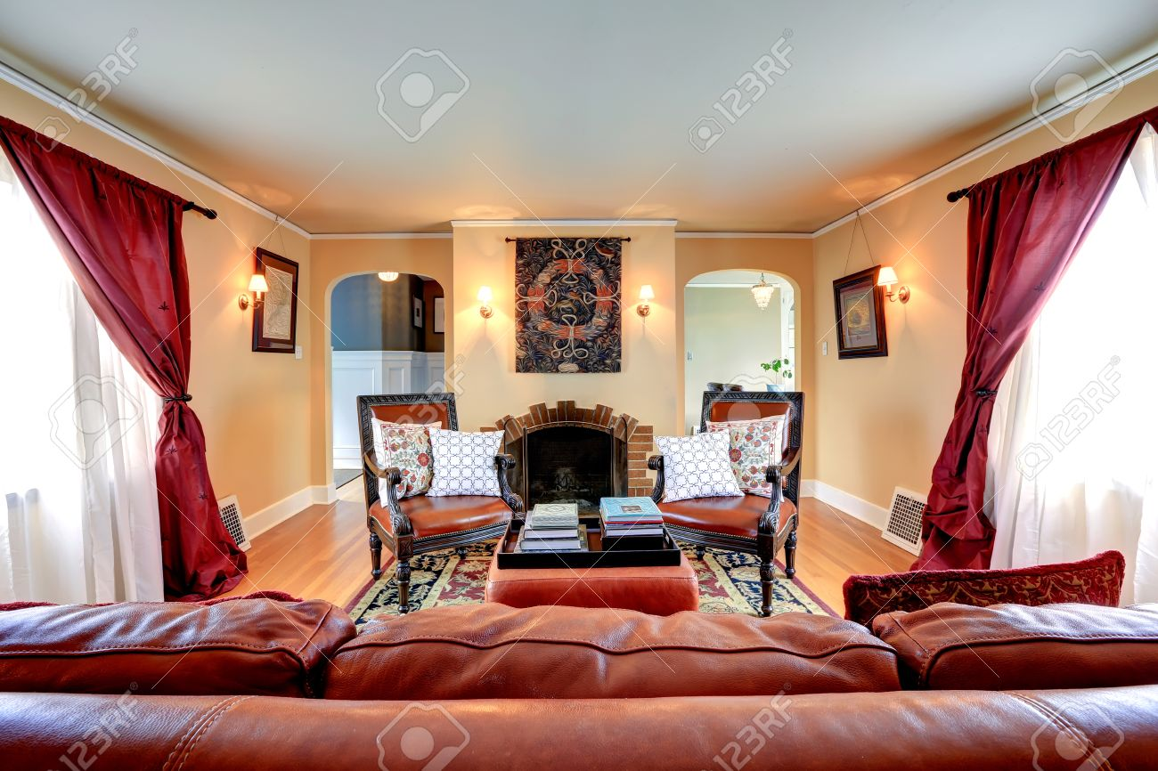 Luxus Wohnzimmer Mit Hochwertigem Leder Couch Sessel Und Kamin Lizenzfreie Bilder