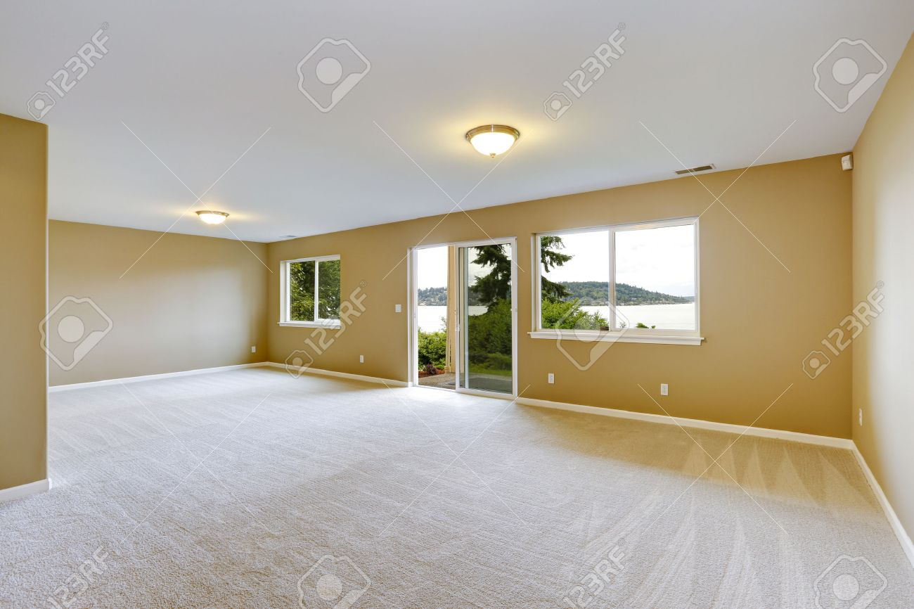 empty house interior spacious family room with clean carpet stock rh 123rf com Small Empty Family Room Empty Den Room