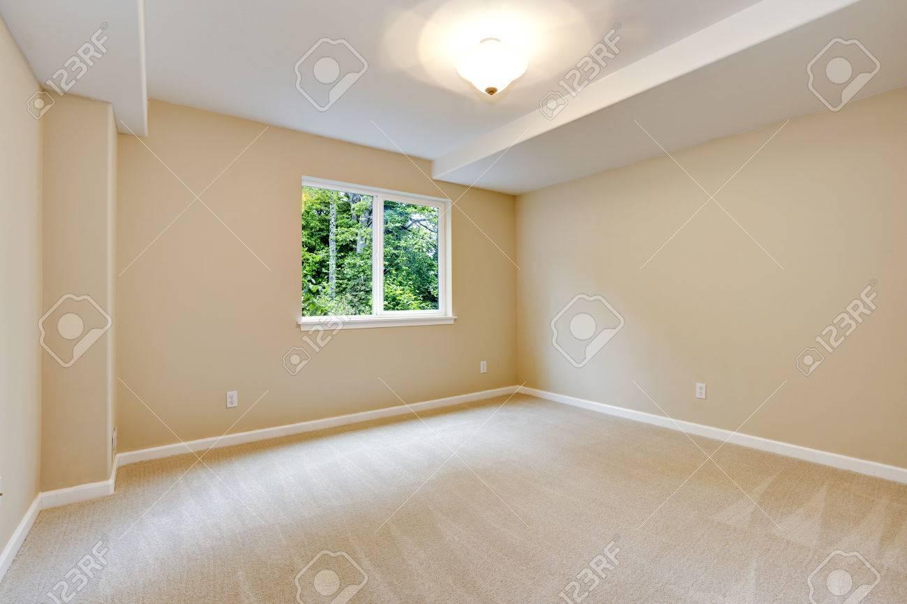 luminosa camera da letto vuota in luce tono avorio moquette e ... - Camera Da Letto Avorio