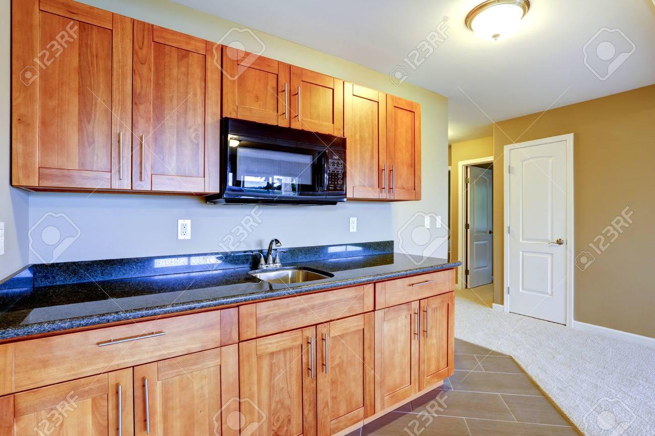 Combinaison de rangement de cuisine avec armoires brunes, haut de ...