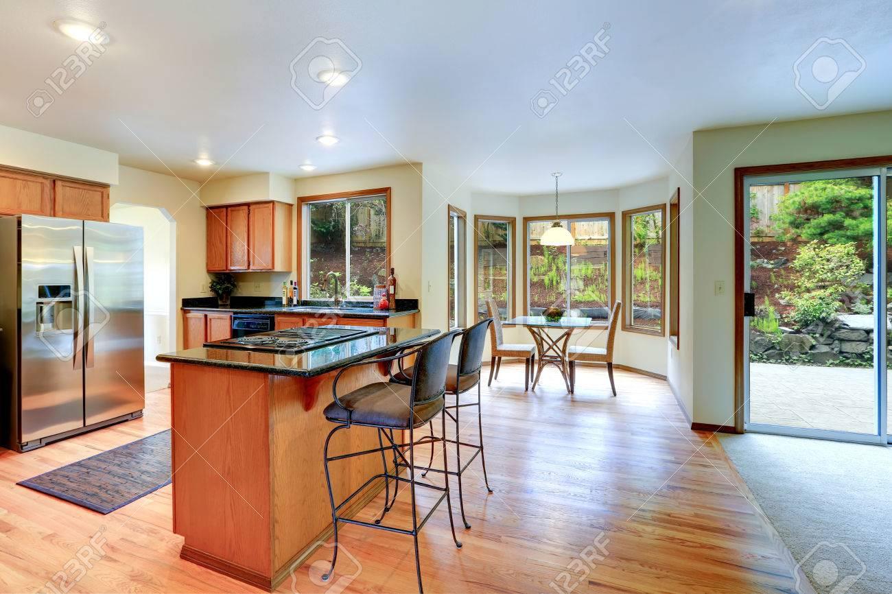 Küche Zimmer Inteiror Mit Kochinsel Und Runde Ecke Essbereich ...