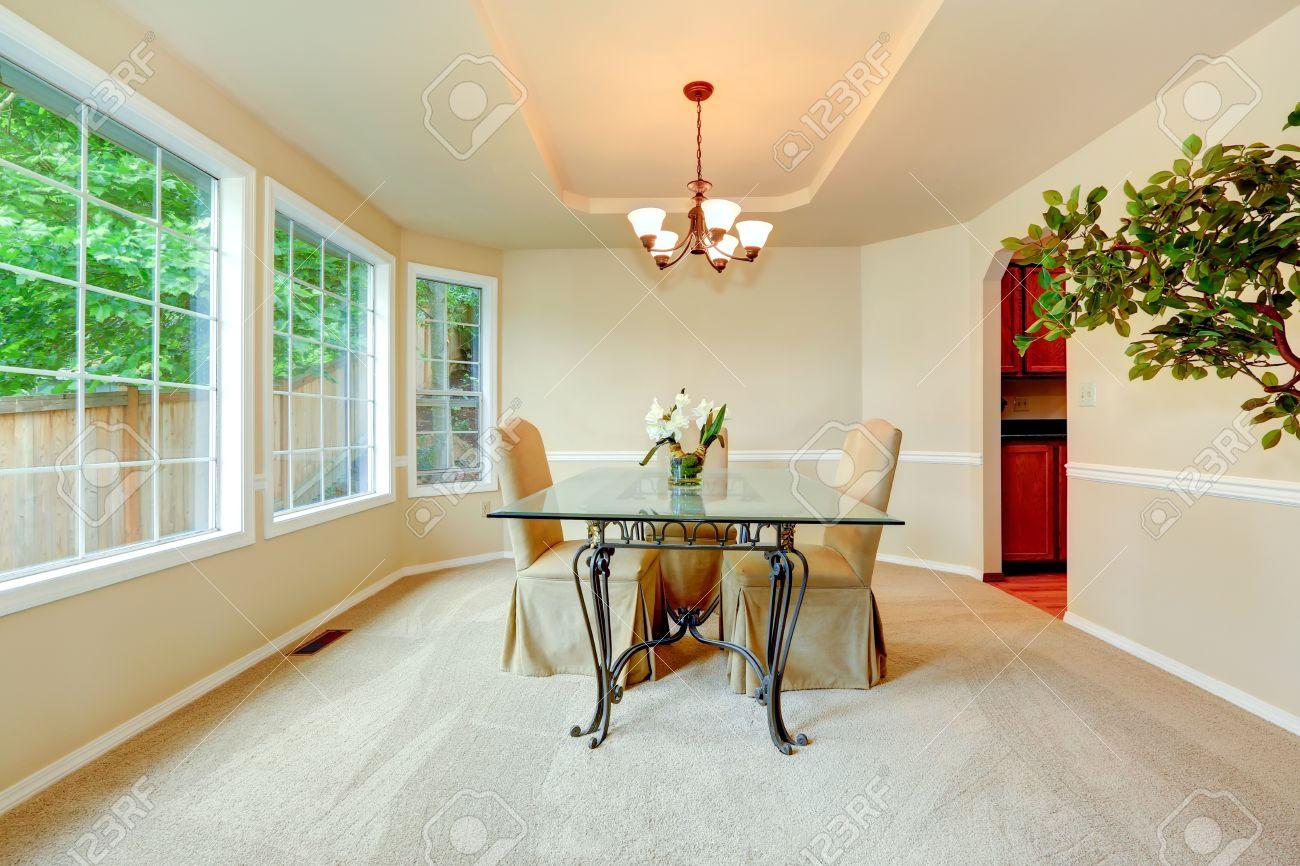 luxus-esszimmer mit französisch-fenster, elfenbein wänden mit