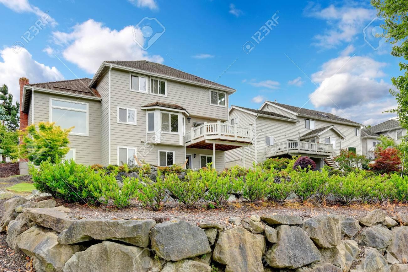Großes Haus Mit Ausstand Deck Und Hinterhof Landschaft Standard Bild    34814347