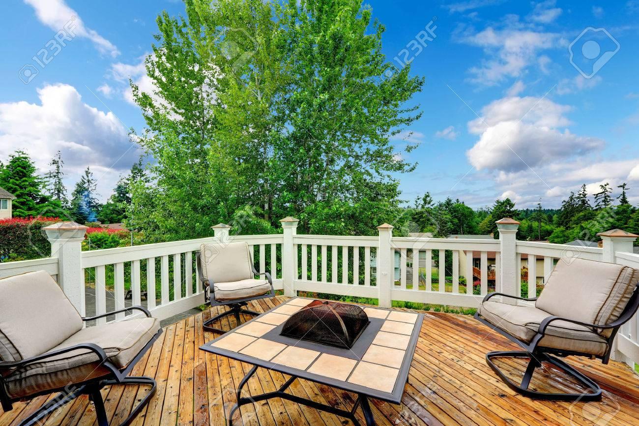 Schone Ausstand Terrasse Mit Feuerstelle Und Stuhle Lizenzfreie Fotos Bilder Und Stock Fotografie Image 34814372