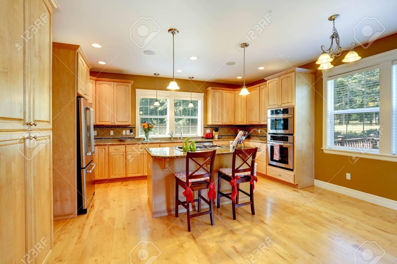 Shiny Küche Zimmer Mit Ahorn-Lager-Kombination, Kochinsel Und Hocker ...