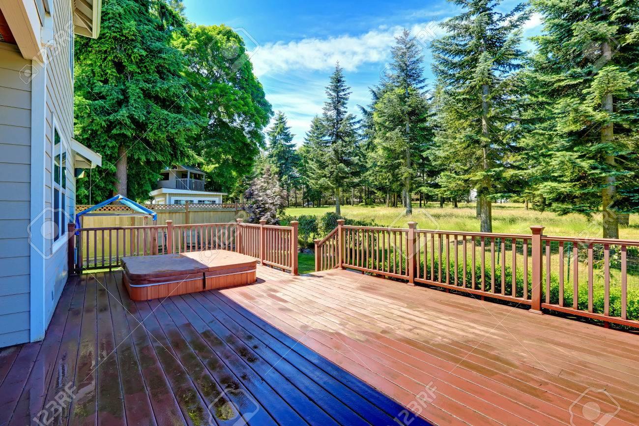 foto de archivo salida a terraza con jacuzzi con vistas a zona verde