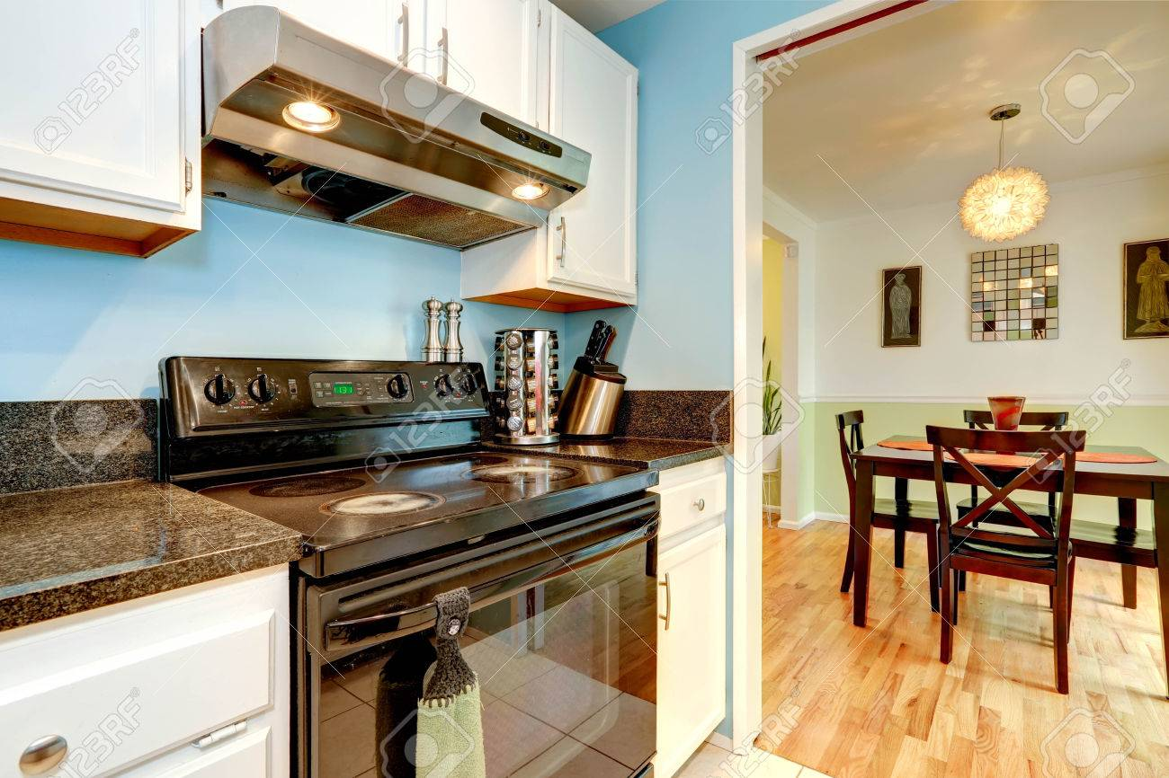 Küche Interieur Mit Weißen Schränke, Schwarzen Arbeitsplatte Und ...