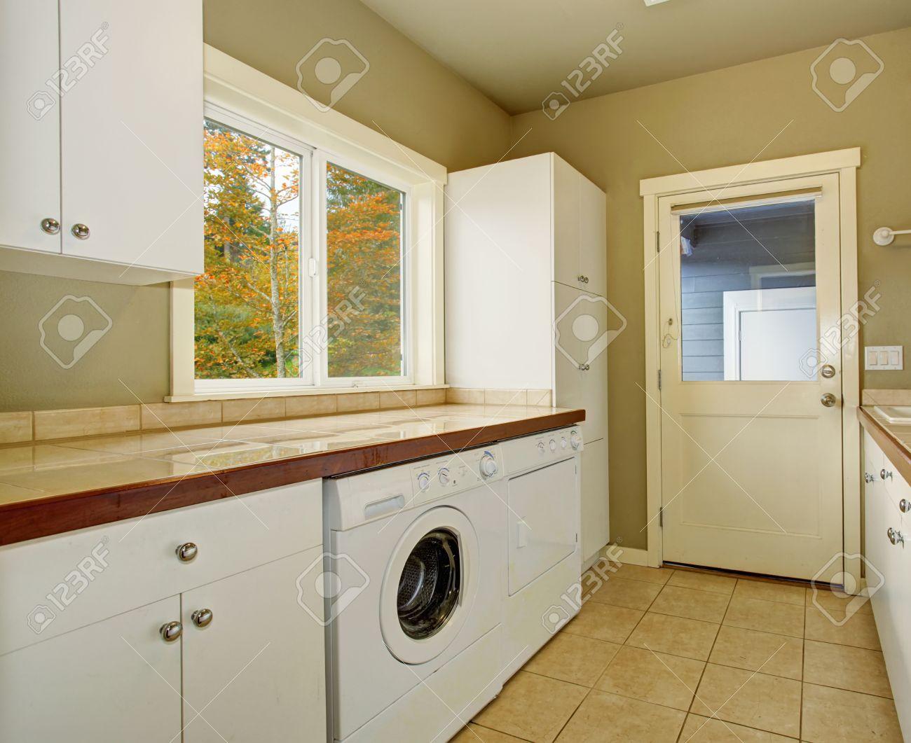 Hauswirtschaftsraum Mit Schränken Fliesen-Zähler Waschmaschine Und ...