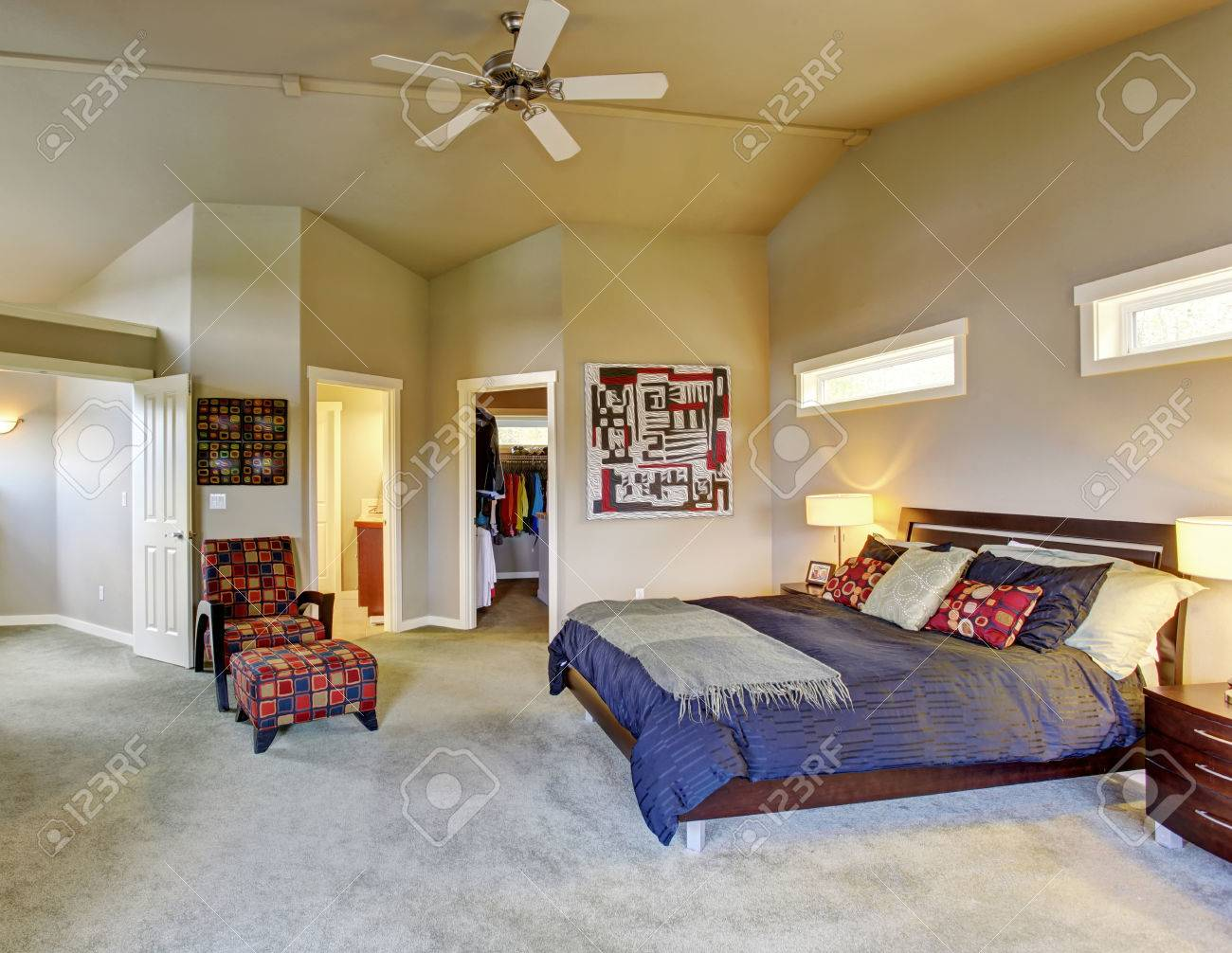 Chambre Et Salle De Bain Attenante grande chambre de maître avec des meubles colorés fenêtres de cheminée et  salle de bains attenante.