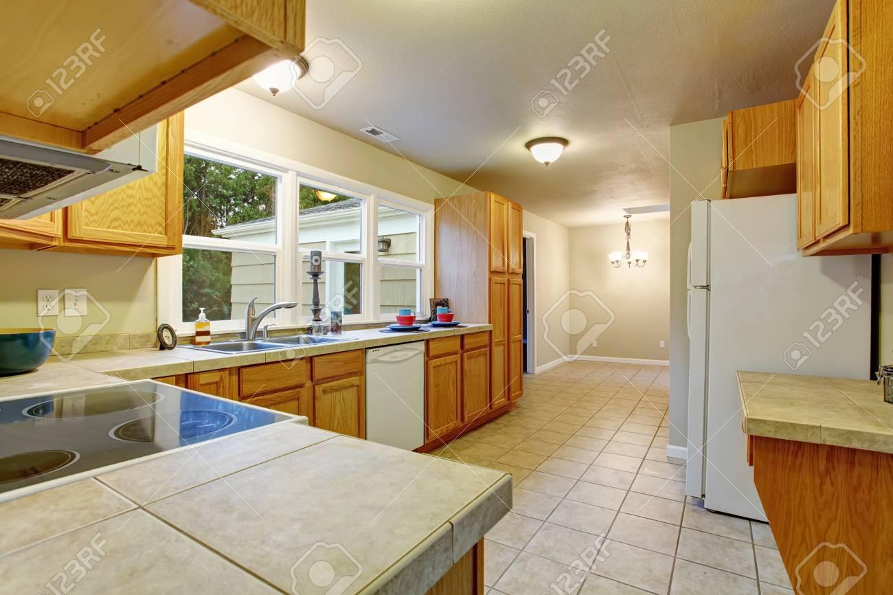 Authentische Küche Mit Fliesenboden, Fenster Und Holzgehäuse ...