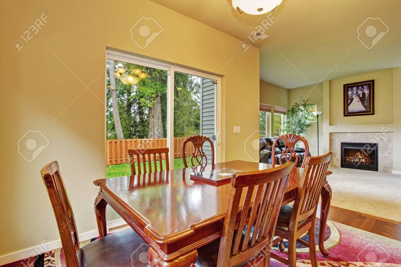 excelente bien iluminado rom comedor con pisos de madera y puertas correderas de cristal