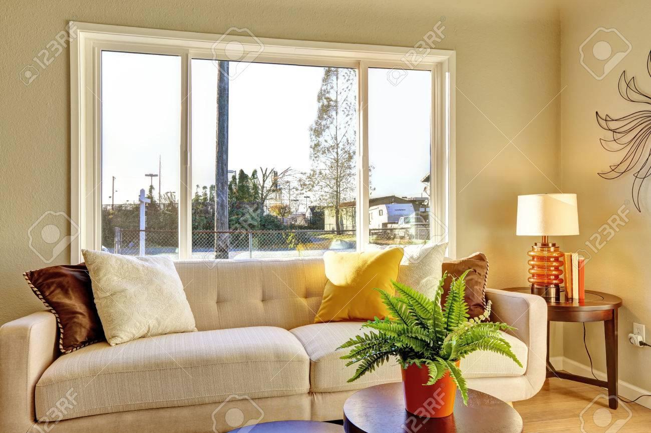 soggiorno luminoso con pavimento in legno e divano abbronzatura ... - Soggiorno Luminoso