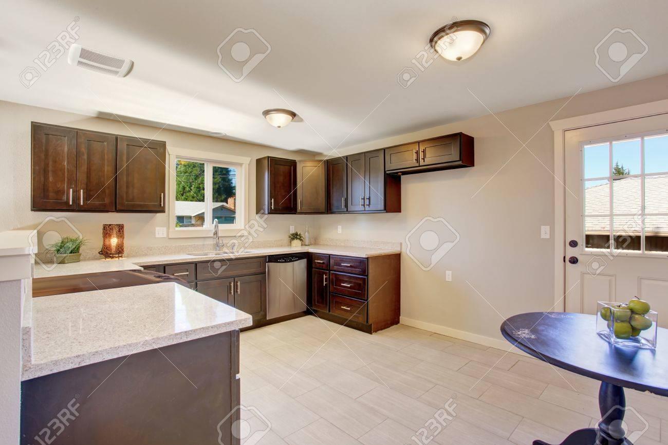 Elegante Küche Mit Gebeizt Schränke Und Fenster. Standard Bild   41434276