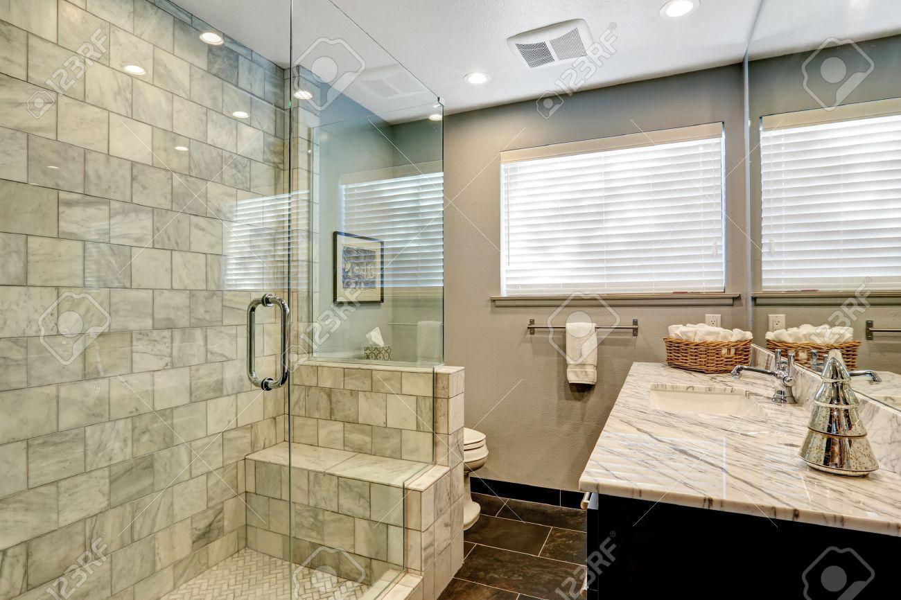 Intérieur de salle de bains en marbre blanc et gris luxe.