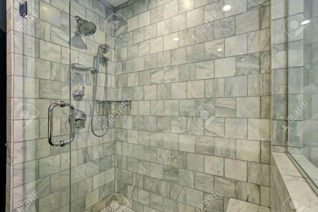 Bagni Bianchi E Grigi: Un bagno in bianco e nero o grigio d la ...