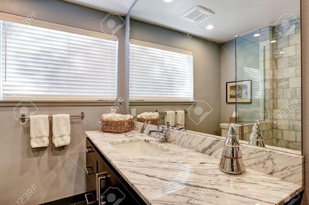 Luxury Weißen Und Grauen Marmor-Badezimmer Interieur. Lizenzfreie ...