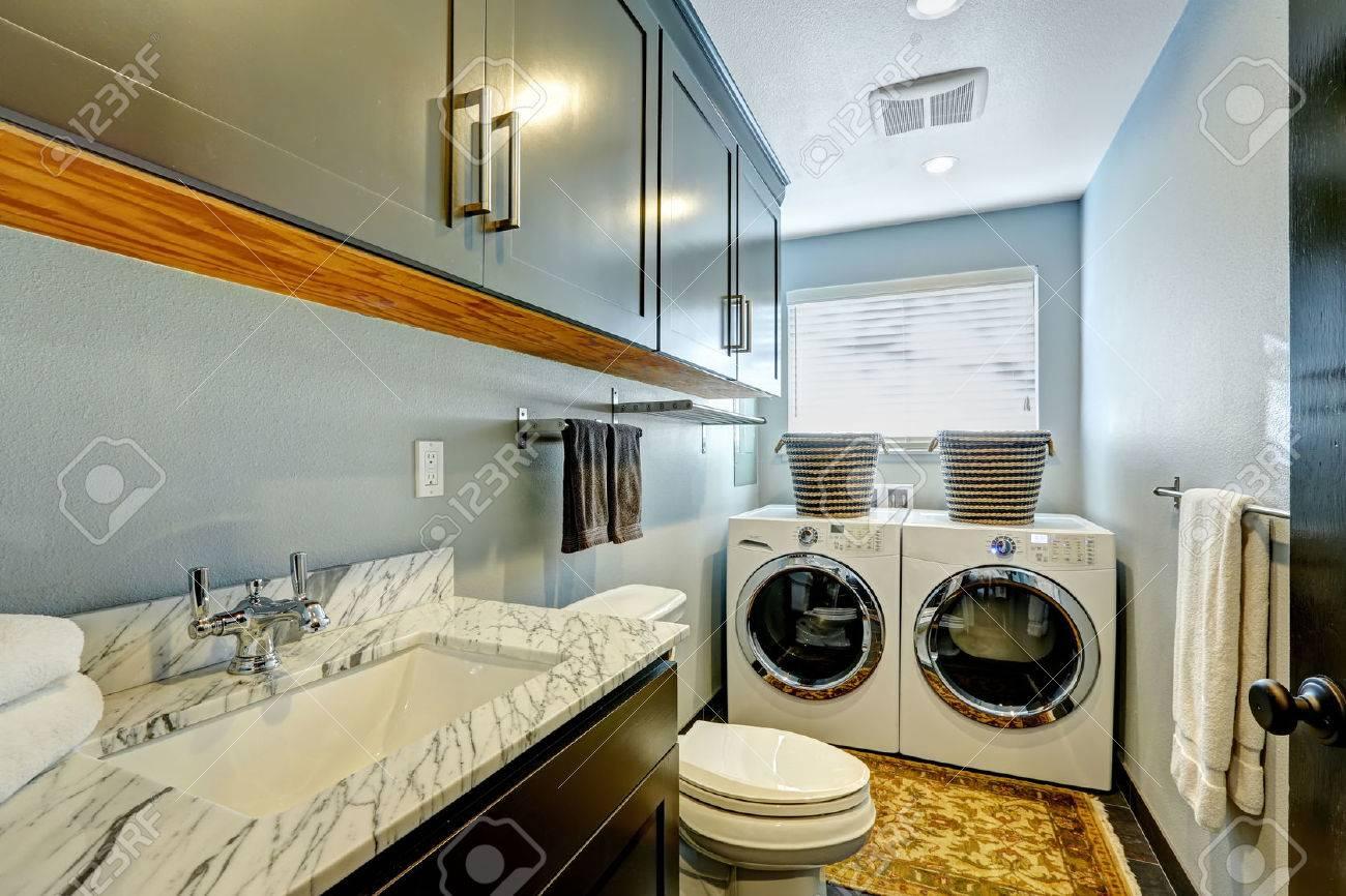 Petite Salle De Bain Avec Laveuse Secheuse ~ petite salle de bain id al avec laveuse et s cheuse banque d images