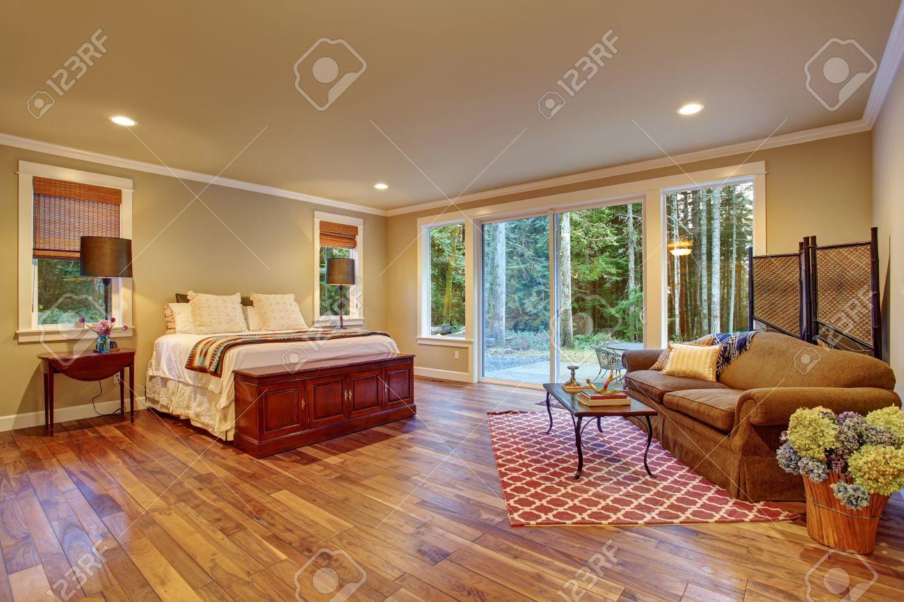 Großes Schlafzimmer Mit Holzboden Und Glas Schiebe Tür Zum Hinterhof.  Standard Bild