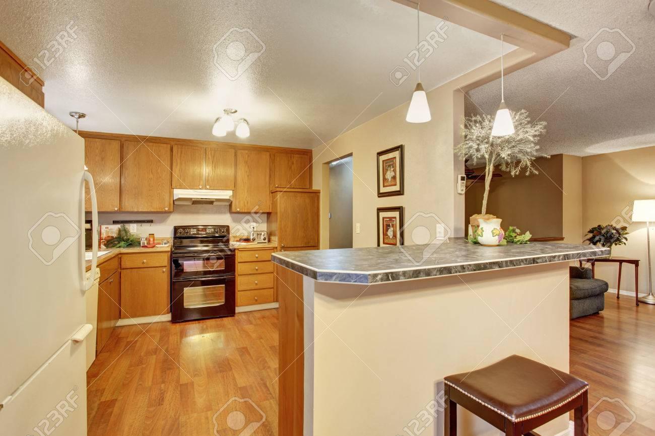 cucina tradizionale con pavimento in legno, armadi, e un bar. foto ... - Armadio In Legno Tradizionale