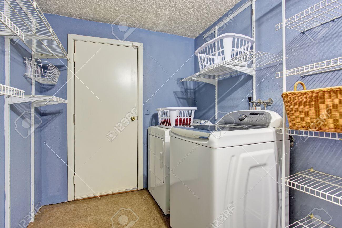 Kleine waschküche mit immergrün wände und waschmaschine und trockner