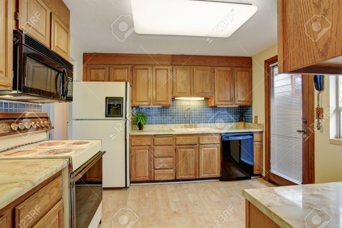 cocina sencilla con suelo de madera y una puerta foto de archivo