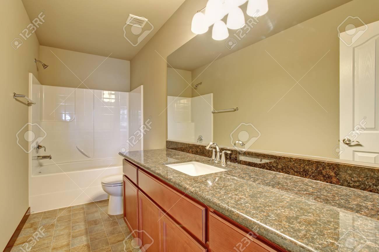 Cuarto de baño moderno con ducha de baño completo y suelo de baldosas,  incluyendo también grandes encimeras.