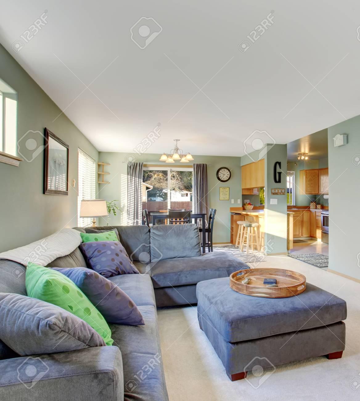Klassisches Wohnzimmer Mit Teppichboden, Grau Möbel Und Kühle ...