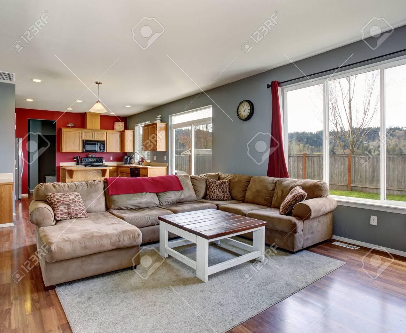 Modernes Wohnzimmer Mit Grauen Wänden, Einschließlich Beige Sofa Und  Parkett. Standard Bild