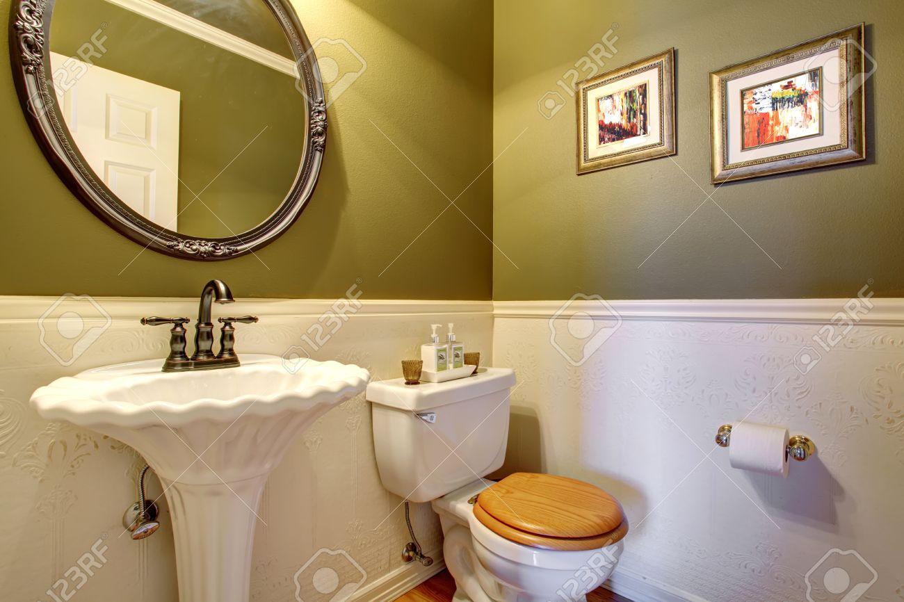 Immagini stock vintage pavimento in legno bagno di servizio con
