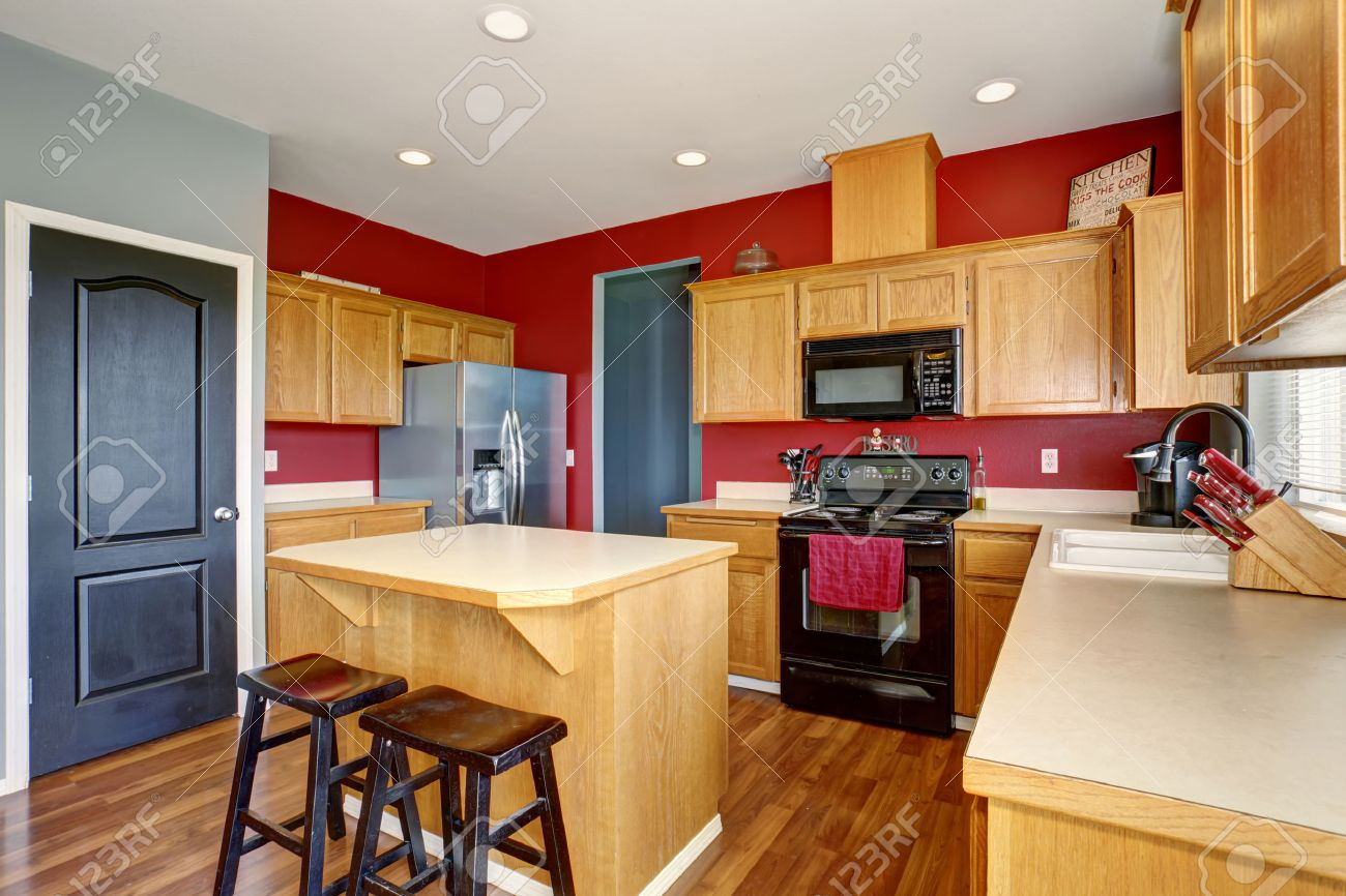 Kleine Küche Mit Insel, Auch Rote Und Graue Wände. Lizenzfreie Fotos ...