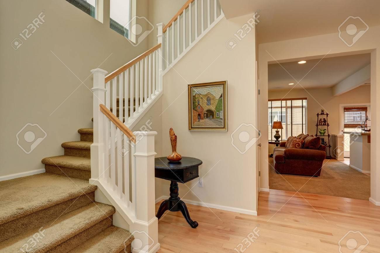 Schöne Eingangsbereich Mit Nach Hause Teppich Treppe. Lizenzfreie ...