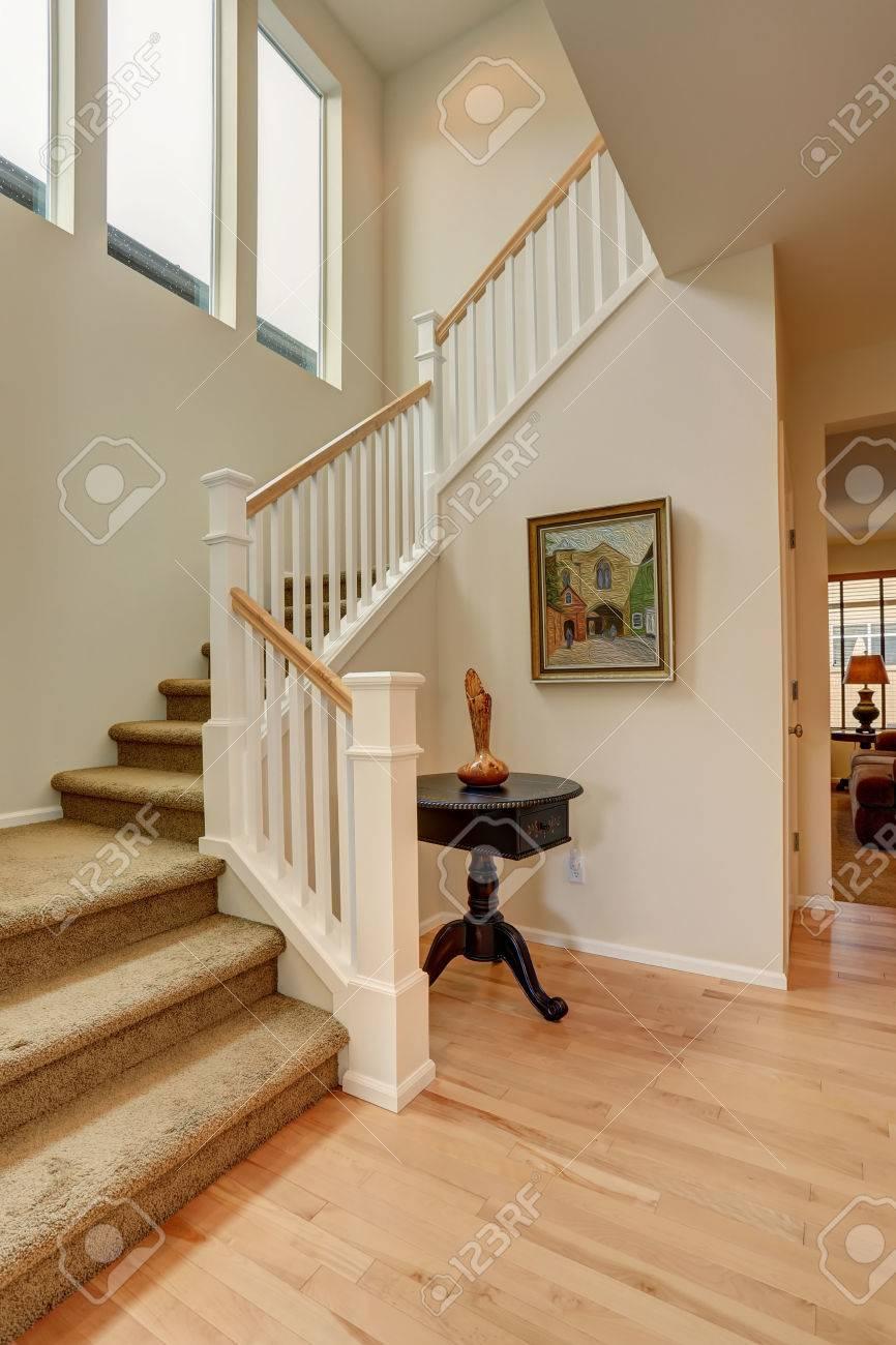 Banque Du0027images   Belle Porte Du0027entrée De La Maison Avec Un Escalier En  Tapis.