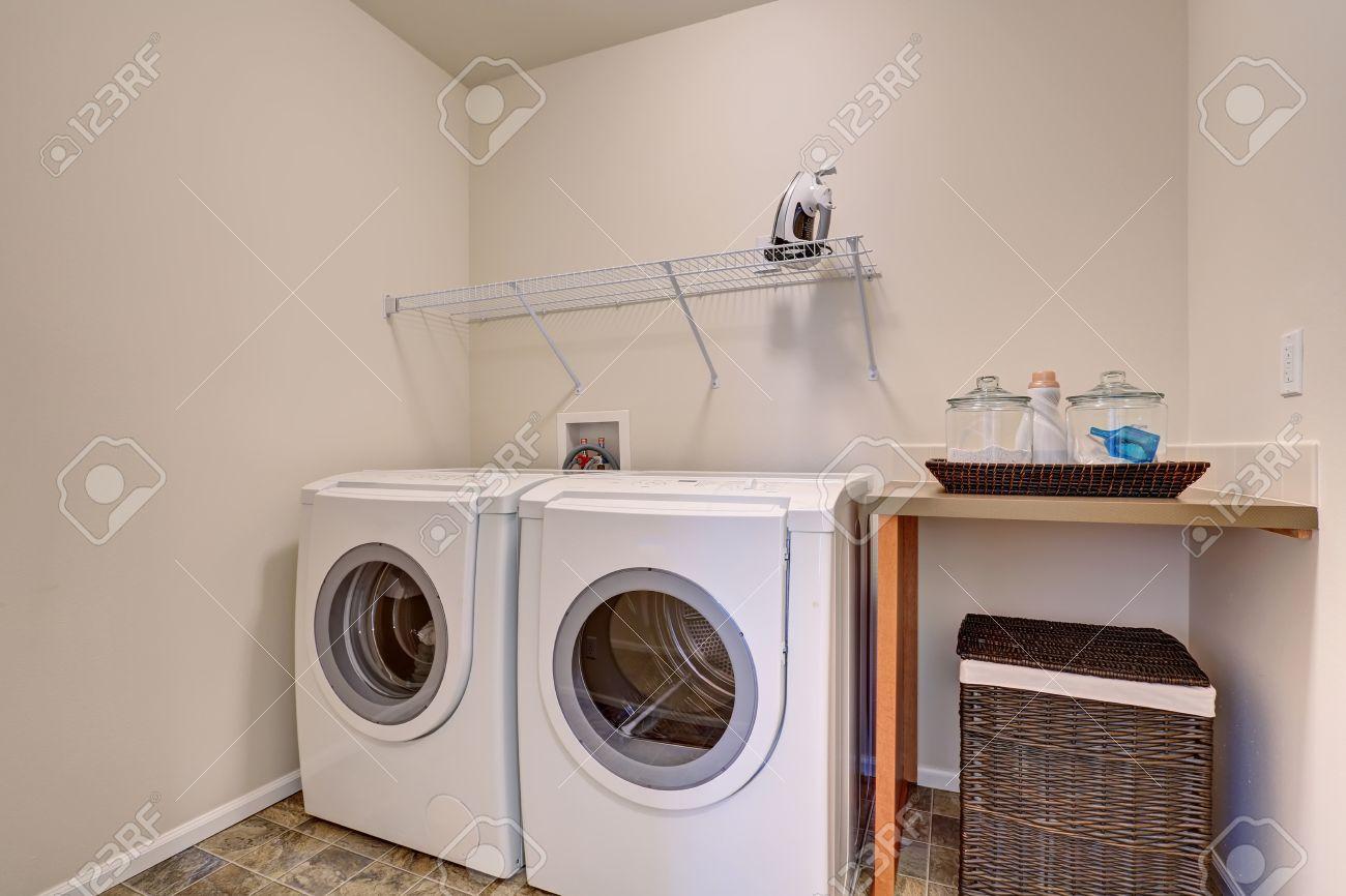 Simple Rondelle Et Sèche-linge Dans La Buanderie De La Maison ...