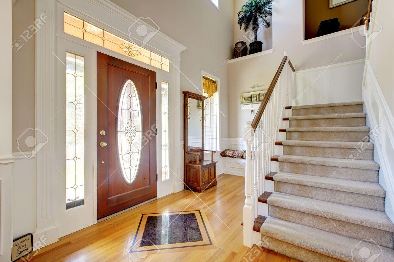 Voie d\'entrée de Nice à la maison avec un escalier en tapis et intérieur  blanc.