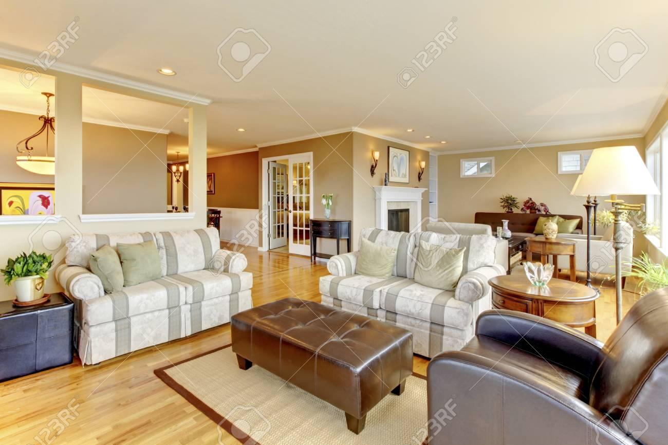 Innenarchitektur Des Gemütlichen Klassischen Wohnzimmer Mit Parkett  Standard Bild   58328337