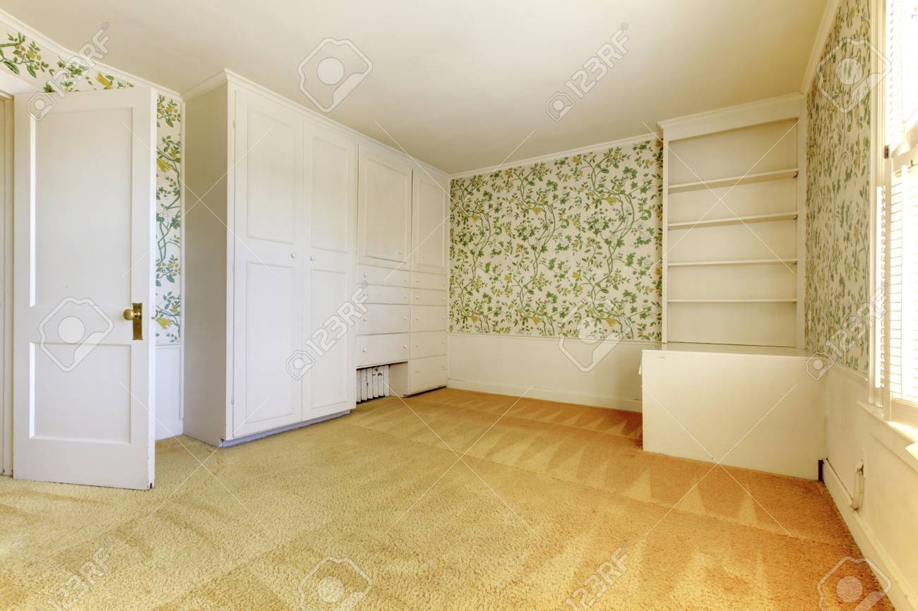Adorable Light Bedroom With Floral Patterned Wall Paper And Carpet ...