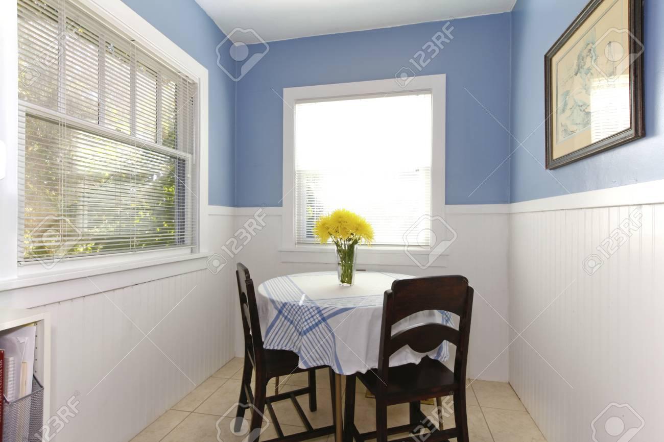 Piccola Sala Da Pranzo : Luminosa piccola sala da pranzo con moquette tavolo e sedie. foto