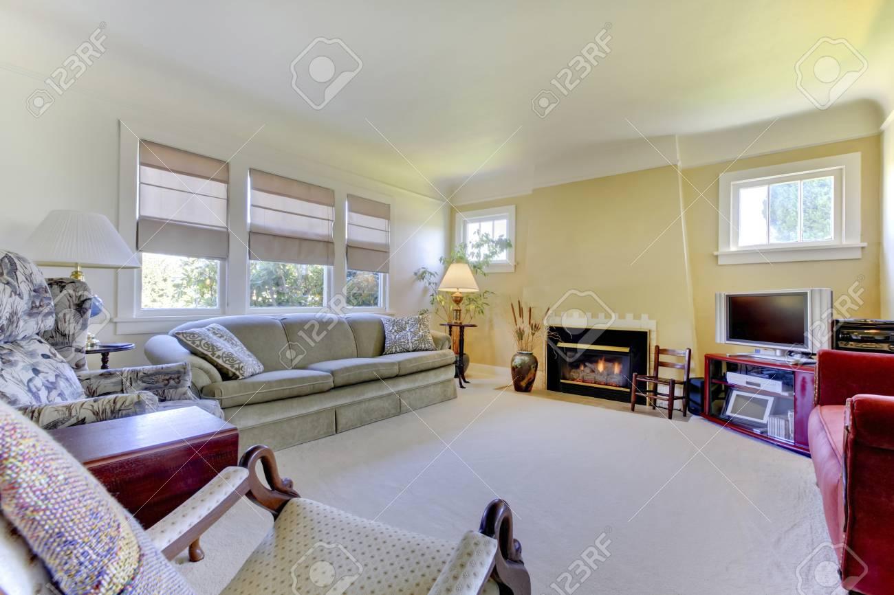 Gemütliches Wohnzimmer Mit Teppichboden, Gelben Wänden Und Kamin.  Standard Bild   58329123