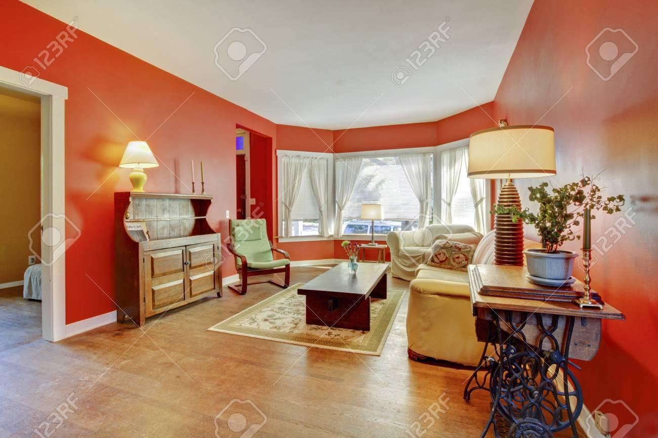 Land Englisch Wohnzimmer Inter Mit Alten Holzmöbel, Rote Wände, Parkett Und  Teppich Standard