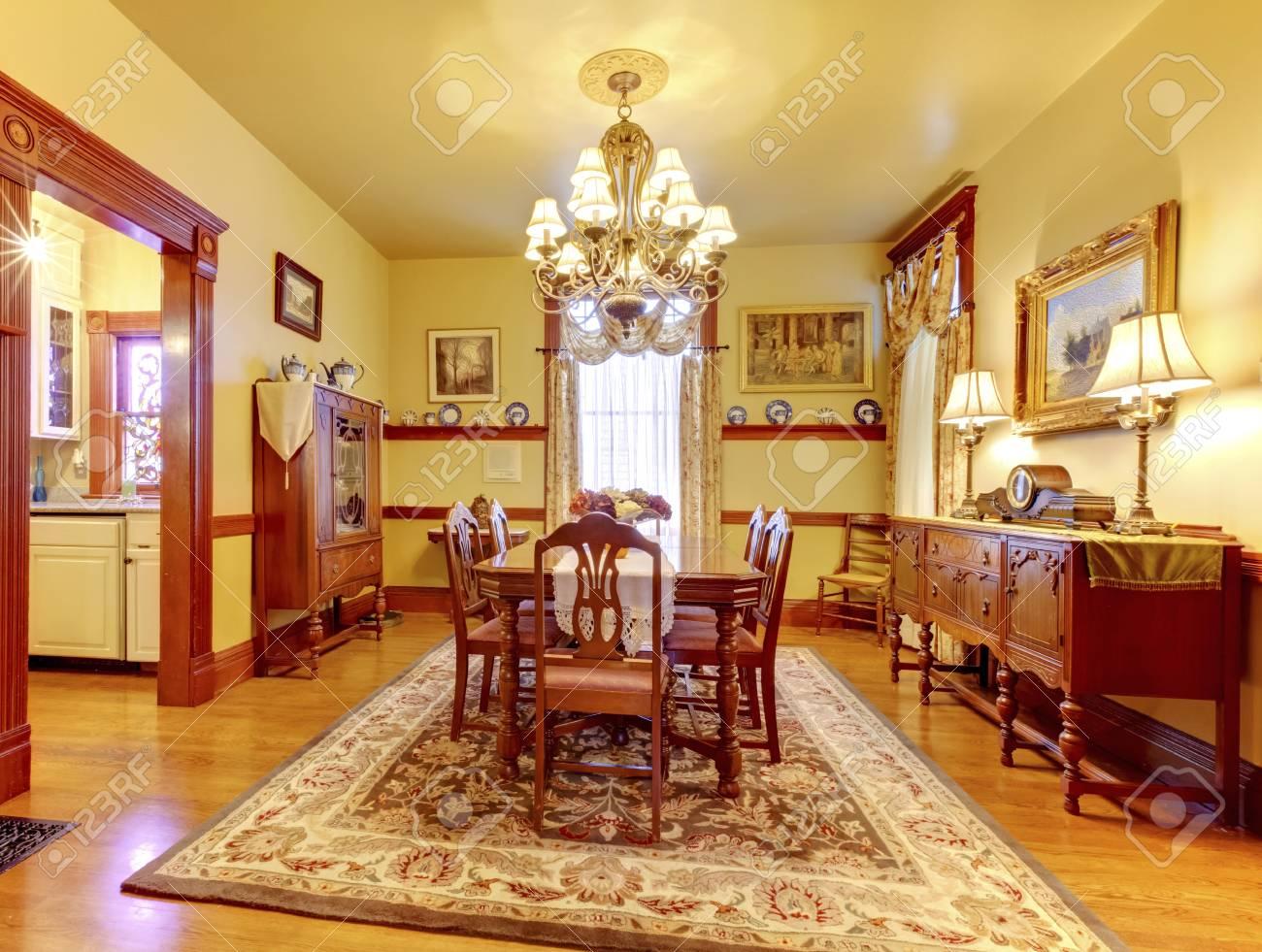Esszimmer Teppich   Luxuus Esszimmer Mit Holztisch Stuhl Gesetzt Kronleuchter Jahrgang
