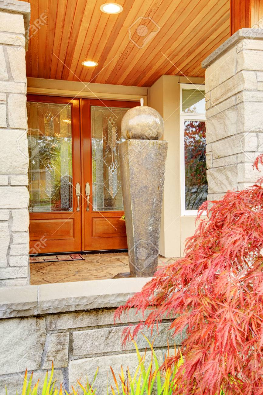 Luxury House Entrance Porch With Stone Column Trim And Nice Wooden Door.  Banque Du0027