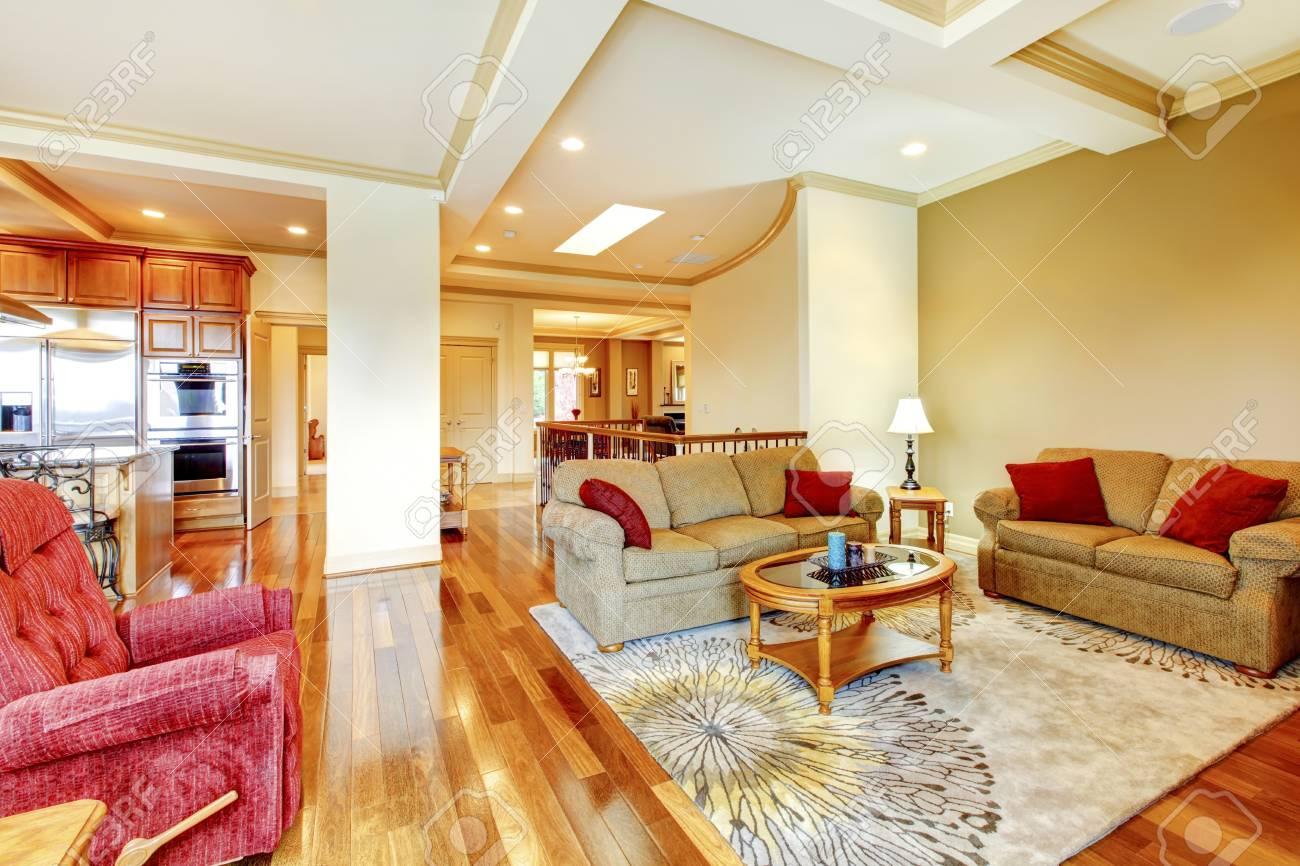 Offenes Wohnzimmer | Helles Braun Und Rot Offenes Wohnzimmer Mit Parkettboden Schone